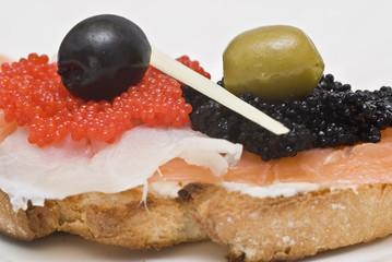 Tosta de ahumados con queso fresco y caviar.