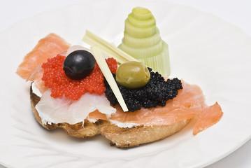 Tosta de salmón ahumado, bacalao y caviar.