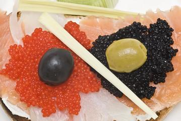 Entrante de caviar y ahumados.