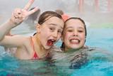 Fototapety junge Mädchen schwimmen im Aussenbereich eines Thermalbades