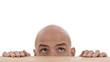 Mann schaut über Tischkante