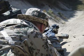 Bundeswehr Soldat sichert Straße