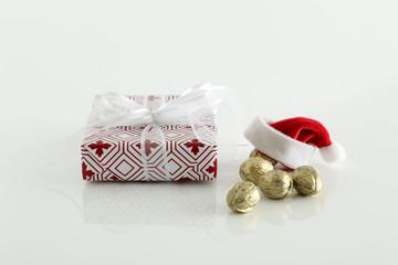 Weihnachten, Weihnachtsdeko lPaeckchen und Weihnachtsmannmuetze