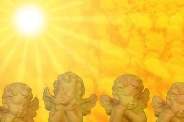 Engelschar am goldenen Himmel