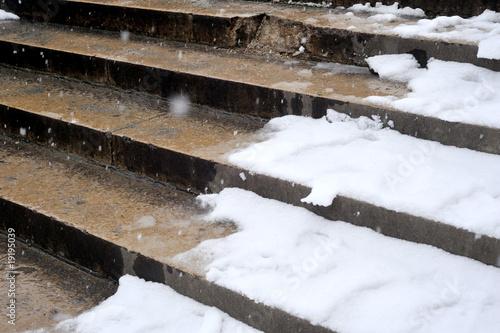Fotobehang Trappen neige dans des escaliers