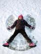 Mädchen macht einen Schneeengel