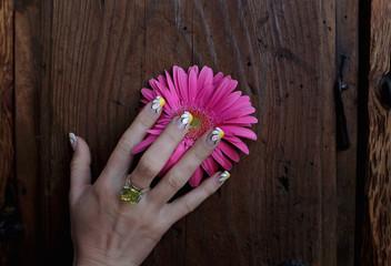 Maõ de mulher com flor