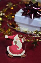Weihnachtsmann aus Holz mit Geschenk