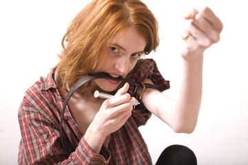 jeune femme en chemise se drogue par injection d'hero