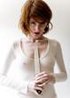 jeune femme sexytient un couteau contre poitrine