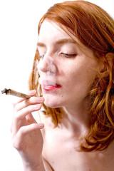 jeune femme junky fume un joint regard dans le vague