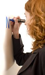 jeune femme sexy en costume ecrit au tableau blanc