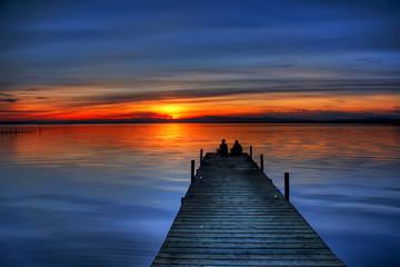 novios mirando el horizonte