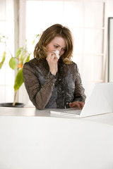 Frau am Computer (Laptop), traurig,weinend