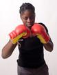 jeune femme noire prête à combattre en gants de boxe
