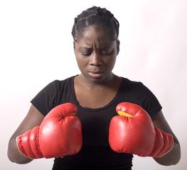 femme noire sportive prete au combat en gants de boxe