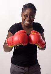 femme noire porte des gants de boxe rouge se prepare