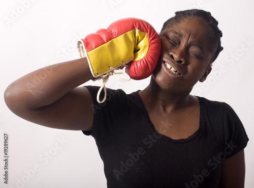 femme noire se donne un coup de poing gant de boxe