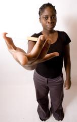jeune femme noire montre une cigarette entre ses doigts