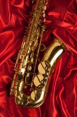 sassofono alto su stoffa satin rossa