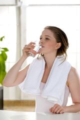 Wasser, Frau trinkt stilles Wasser
