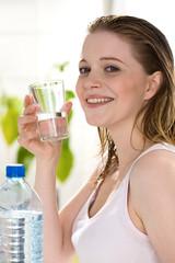 Frau trinkt stilles Wasser