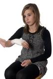 patiente avec un bandage au poignet poster