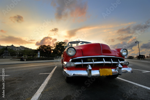 Plexiglas Cubaanse oldtimers Red car in Havana sunset