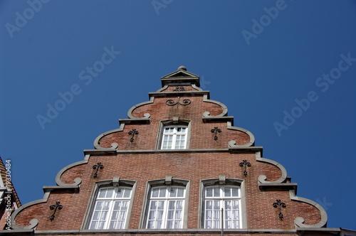 facade triangulaire en brique rouge photo libre de droits sur la banque d 39 images. Black Bedroom Furniture Sets. Home Design Ideas