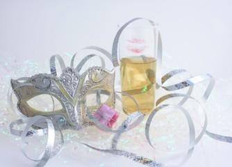 masque de carneval et coupe de champagne