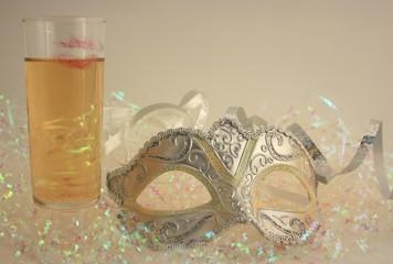 champagne, masque et confetis