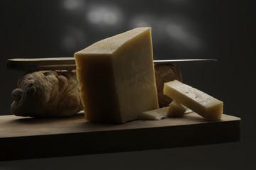 Pane e formaggio sul tagliere