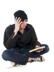 jeune homme qui n'a pas envie de lire son livre