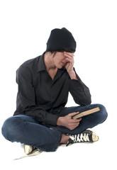 jeune homme qui ne veut pas lire ce livre
