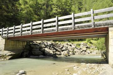 ponte di legno su torrente