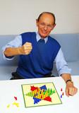 Active Senior: Parlour Game - Senior beim Spielen poster