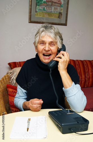 Happy Senior Phone Call - Seniorin beim Telefonieren