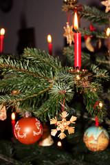 geschmückter weihnachtsbaum mit echten kerzen