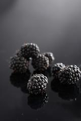 Brombeeren auf schwarz