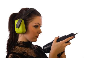 Junge attraktive Frau mit Akkuschrauber