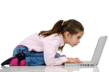 bambina che digita al computer