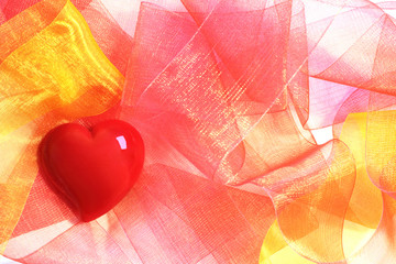 Rotes Herz und Schleifenbänder