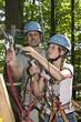 Vater und Tochter im Waldkletterpark