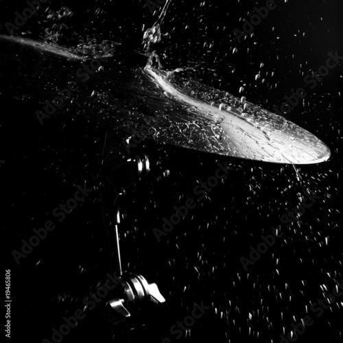 Leinwanddruck Bild Drums plate under water drops