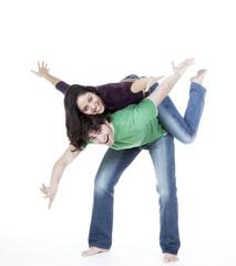 jeune couple jeu rire voler