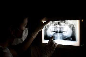 Zahnärztin betrachtet Röntgenbild