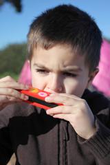 bambino suona l'armonica