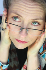 femme portant ses lunettes de vue