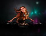 Piękna dziewczyna DJ