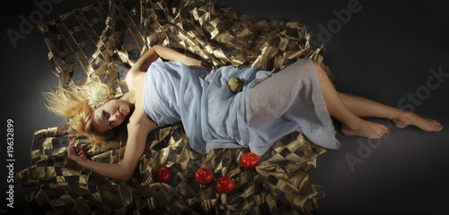 girl with red apples